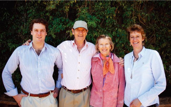 한 패밀리 와인즈를 설립한 니키-가비 한 부부를 중심으로 왼쪽이 아들 필립, 오른쪽이 딸 캐럴라인이다. [사진 제공 · ㈜엘비와인]