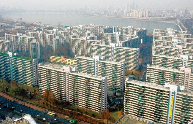반포현대아파트 재초환 부담금 통보 이후 강남권 재건축 아파트들이 일제히 위축되는 분위기다. 사진은 송파구 잠실주공 5단지 전경. [동아DB]