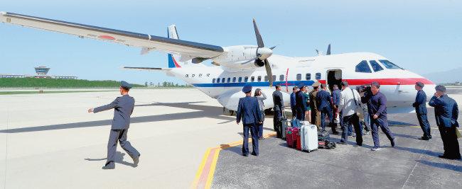 5월 23일 북한 풍계리로 가기 위해 공군5호기를 타고 원산 갈마공항에 도착한 한국 기자단. [뉴스1]
