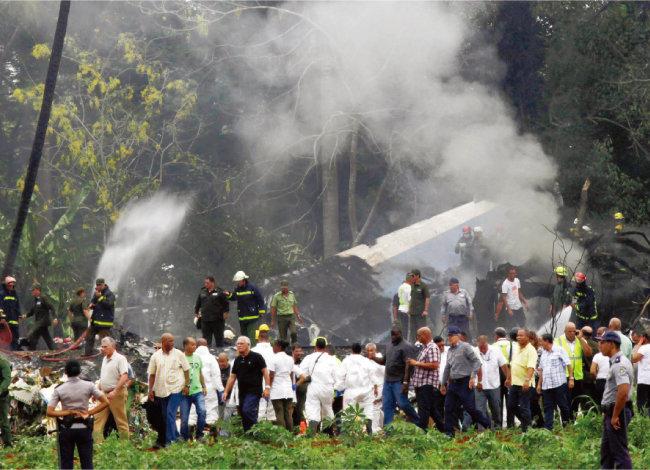 5월 19일 쿠바 아바나 인근에 추락한 쿠바항공기의 참사 현장. 이 항공기는 113명을 태우고 아바나 호세마르티국제공항을 이륙한 직후 추락해 110명이 숨졌다. [AP=뉴시스]
