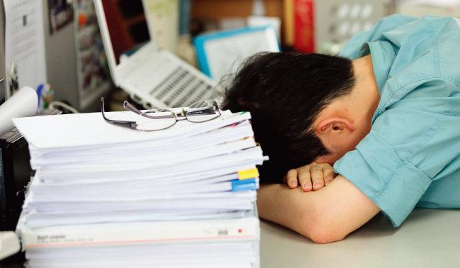 직장인은 과도한 스트레스로 직업 만족도가 현저히 낮다. [동아일보]