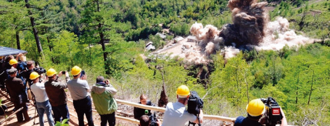 5월 24일 5개국 기자들이 지켜보는 가운데 북한 풍계리 핵실험장이 폭파되고 있다. [북한 조선중앙통신]