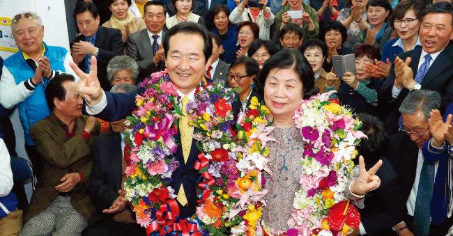 2016년 4월 13일 20대 총선 당시 서울 종로구에서 더불어민주당 정세균 후보가 새누리당 오세훈 후보를 물리치고 당선한 뒤당 사무실에서 당선인사를 하고 있다. [동아DB]