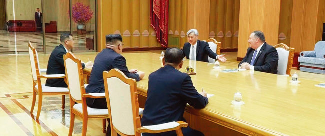 5월 9일 마이크 폼페이오 미국 국무장관 내정자와 함께 방북해 김정은 국무위원장을 만난 앤드루 김 미국 중앙정보국(CIA) 코리아임무센터장(오른쪽에서 두 번째). [동아DB]