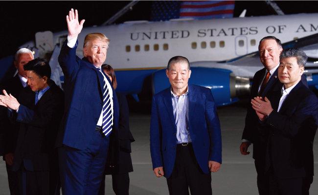북한에 억류돼 있던 한국계 미국인 3명이 마이크 폼페이오 국무장관과 함께 미국으로 돌아오자 도널드 트럼프 대통령(앞줄 맨 왼쪽)은 비행기 안까지 들어가 이들을 맞았다. [뉴시스]