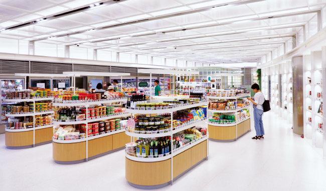 CJ올리브마켓 '올리브 그로서리'에서는 CJ제일제당의 대표 HMR 제품 외에도 원스톱으로 식재료 쇼핑을 할 수 있다.