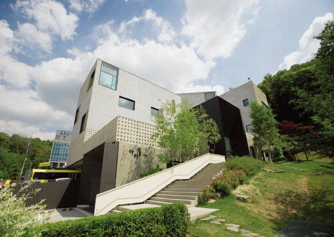 경기 용인시 수지구 광교산 소실봉 기슭에 위치한 아이뜰유치원. 계단을 올라가면 만나게 되는 검은 박스 모양공의간 이 현관이다.