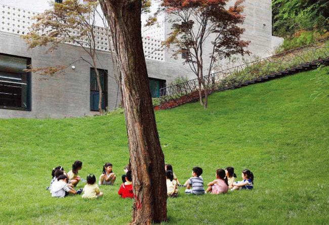 유치원 앞 경사진 잔디밭. 겨울엔 눈썰매장으로 변신 가능하다고. 아이뜰은 '아이들이 노는 뜰'이란 뜻이다.