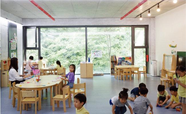 3층 7세 학급의 수업 풍경. 소실봉의 우거진 녹음과 환한 빛이 교실로 쏟아진다.