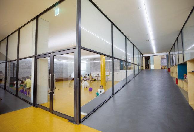 층마다 6개 교실이 있으며 상당수 교실의 벽이 투명한 유리벽이다.