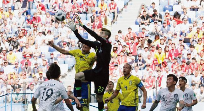 대한민국 축구대표팀 골키퍼 조현우가 스웨덴 선수의 슈팅을 막는 모습. [동아DB]