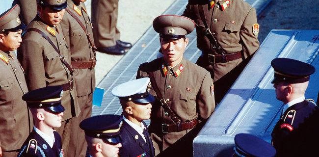 1998년 11월 6일 북한군이 판문점에서 미군 유해가 들어 있는 관을 전달하고 있다. [미국 국방부 웹사이트]