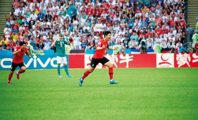 한국 축구 국가대표팀 공격수 손흥민이 6월 27일 독일과 경기에서 두 번째 골을 넣고 기뻐하고 있다. [동아DB]