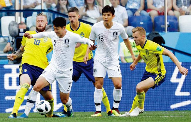 손흥민과 구자철이 스웨덴 선수들을 상대로 분전하고 있다. [동아DB]