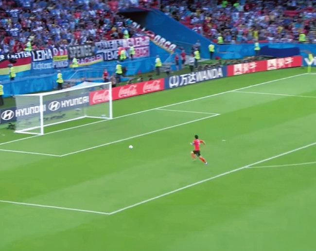 손흥민이 골키퍼가 자리를 비운 독일 골대를 향해 질주하고 있다. [유튜브 캡처]