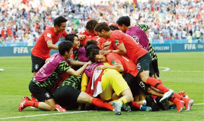 경기가 끝나자 뭉쳐서 환호하는 국가대표팀 선수들. [뉴시스]