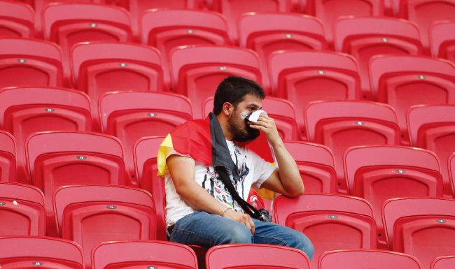 텅 빈 카잔 아레나에 혼자 남은 독일 관객이 침울한 표정을 짓고 있다. [뉴시스]