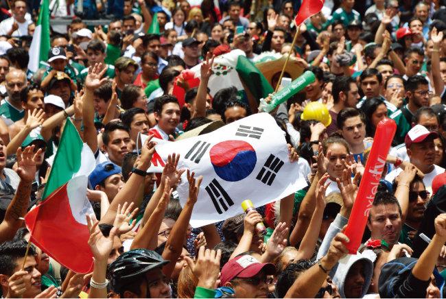 주멕시코 한국대사관 앞에 모인 멕시코 국민들. [AFP=뉴스1]