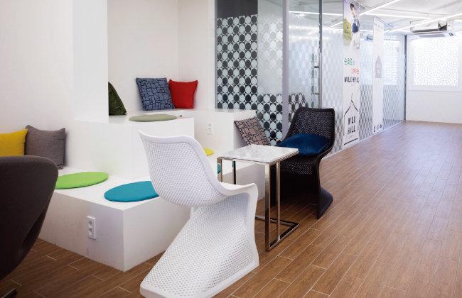 밀크홀 종로점 5층은 세미나나 강연을 열기에 적당한 공간이다.