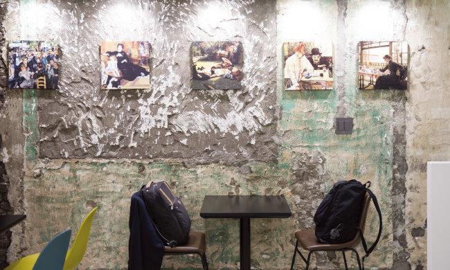 밀크홀 종로점 2층 벽면은 명화로 장식돼 있다.