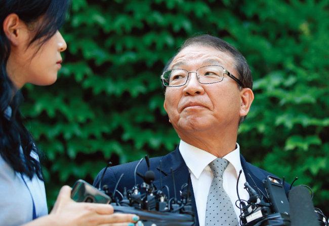 양승태 전 대법원장이 6월 1일 오후 경기 성남시 자택 인근에서 '재판거래' 의혹과 관련한 입장을 발표하고 있다. [뉴시스]