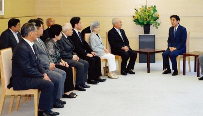 6월 14일 아베 신조 일본 총리(오른쪽)가 일본인 납북 피해자 가족들을 만나고 있다. [일본 총리실 웹사이트]
