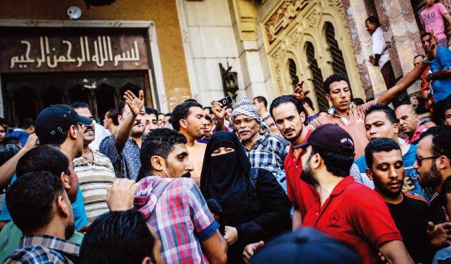 2013년 8월 군부 쿠데타에 반대하며 거리에 나선 카이로 시민들. 쿠데타로 집권한 압둘팟타흐 시시 이집트 대통령은 시위 참가자들을 탄압해 수많은 사망자와 부상자가 발생했다. [AP=뉴시스]