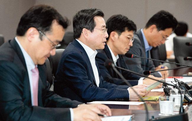 김용범 금융위원회 부위원장(왼쪽에서 두 번째)이 6월 14일 서울 종로구 정부서울청사에서 열린 'P2P대출 감독 강화를 위한 관계기관 합동 점검회의'에 참석해 발언하고 있다. [뉴스1]