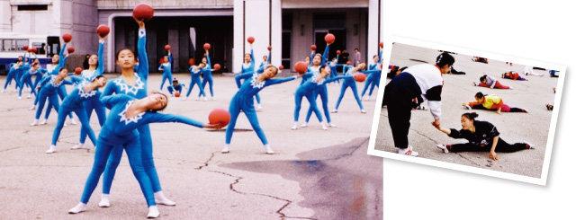 북한의 2012년 '아리랑' 공연 마지막 장면. 북한의 어린 학생들이 집단체조 공연을 위해 공을 이용한 체조와 다리 찢기 연습을 하고 있다(왼쪽부터). [중국 고려여행사 홈페이지]