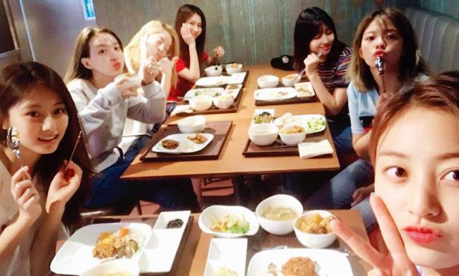 JYP 인기 걸그룹 트와이스가 신사옥 구내식당에서 식사하는 사진을 공개해 화제가 됐다. [트와이스 인스타그램]