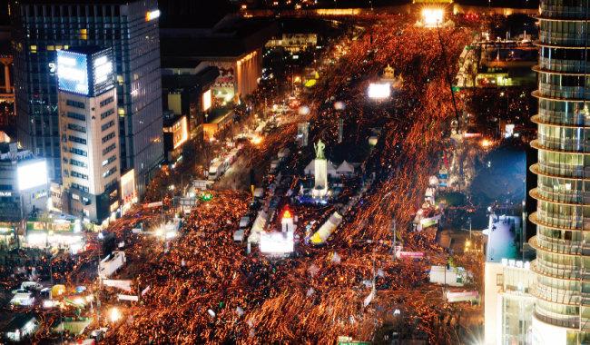 촛불집회 사상 가장 많은 시민이 참가한 2016년 12월 3일 서울 광화문광장의 6차 촛불집회 광경. [동아DB]