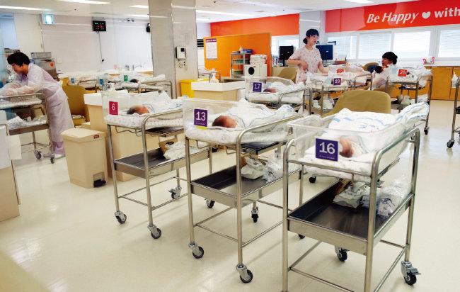 한 병원 신생아실 모습. 지난해 한국은 출산율 최저기록을 경신했다. [동아DB]