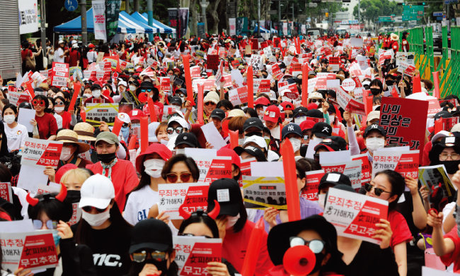 '홍대 몰카 유출 사건'에 대한 경찰의 성(性)차별 편파 수사를 규탄하는 대규모 여성집회가 서울 곳곳에서 열리고 있다. 사진은 6월 9일 서울 대학로에서 열린 집회. [동아DB]