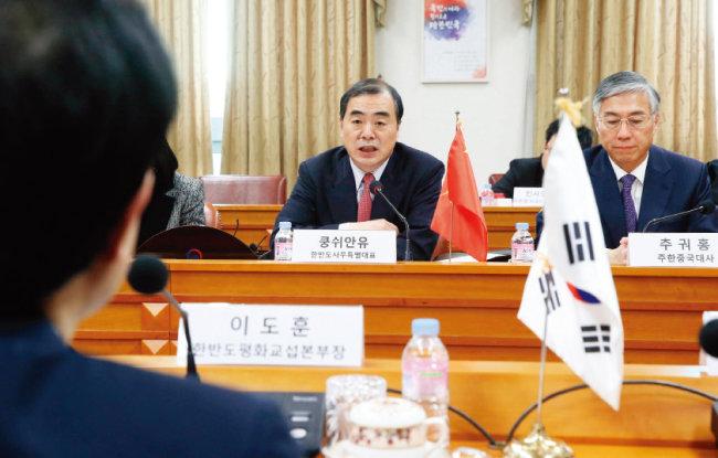 1월 5일 쿵쉬안유 중국 외교부 부부장 겸 한반도사무특별대표가 서울 종로구 외교부에서 열린 북핵 문제 해결을 위한 한중 6자회담 수석대표 협의에서 모두발언하는 모습. [뉴시스]
