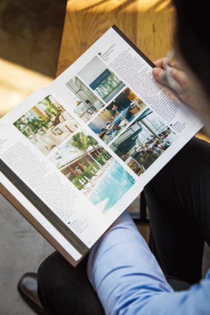 김성호 대표가 영국 라이프스타일 잡지 '모노클'의 세계 100대 호텔에 선정된 핸드픽트호텔 소개 페이지(오른쪽)를 보여주고 있다. [조영철 기자]
