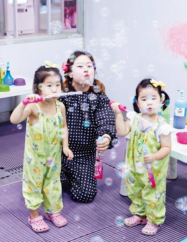 7월 3일 '캐리키즈카페' 여의도 IFC몰점에서 방우리(4) 양과 홍수현(2) 양이 선생님과 함께 버블룸에서 거품놀이와 페인팅을 즐기고 있다.
