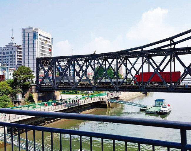 중국 단둥시 조중우의교에서 바라본 압록강대교를 통해 북한 화물차량이 단둥시로 이동하고 있다. [뉴시스]