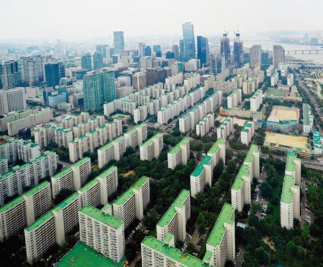 서울 여의도 재건축 아파트 집주인들은 7년 전 한 차례 개발 계획이 무산된 뒤 다시금 개발 계획이 언급되자 반신반의하는 분위기다. [박해윤 기자]