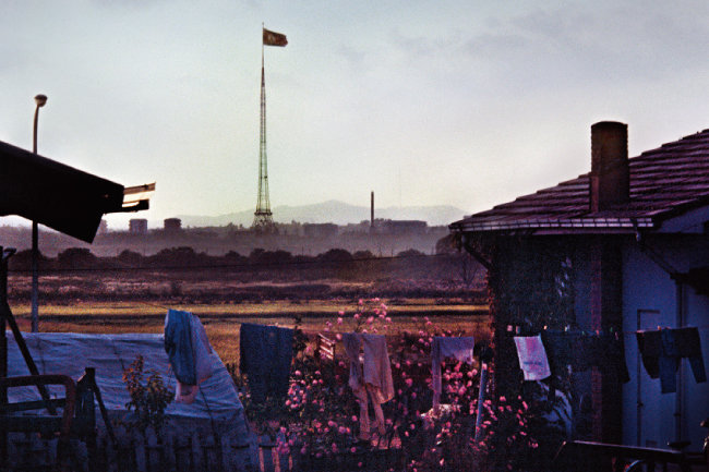 1984년 DMZ 내 남한 대성동마을에서 훤히 보이는 북한 기정동마을.