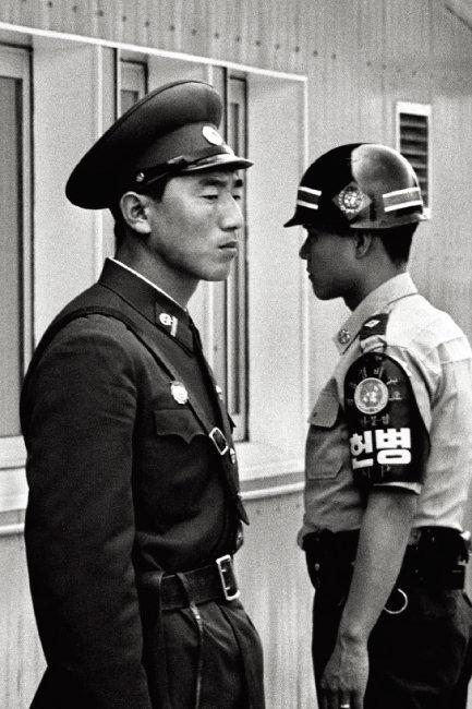 1992년 판문점에서 서로 다른 곳을 응시하고 있는 남북한 경비병.