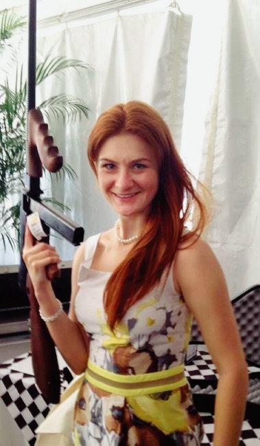 스파이 혐의로 체포된 러시아 여성 마리야 부티나가 기관단총을 들고 포즈를 취하고 있는 모습. [부티나 페이스북]