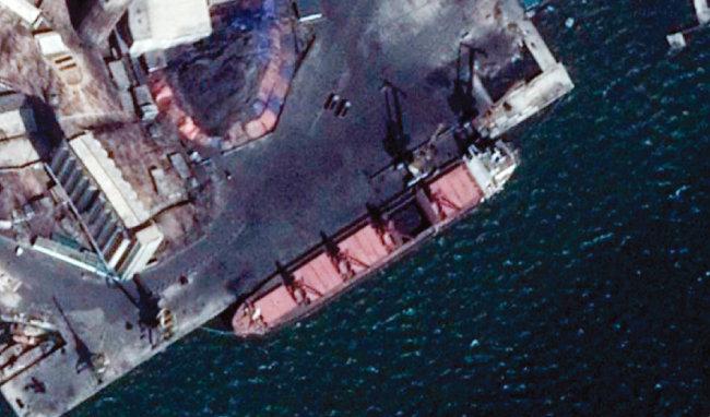미국 민간위성이 3월 14일 포착한 북한 남포항의 새 석탄 야적장 모습. [뉴시스=구글어스]