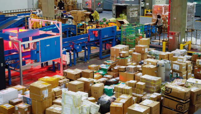 인천국제공항 인천본부세관 특송물류센터에서 통관 작업을 거치고 있는 해외직구 제품들. [동아DB]