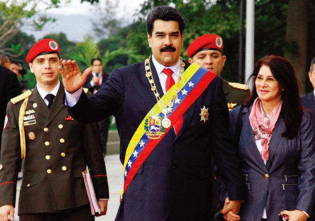 경제난에도 포퓰리즘 정책 밀고나가는 니콜라스 마두로 베네수엘라 대통령(가운데). [위키피디아]