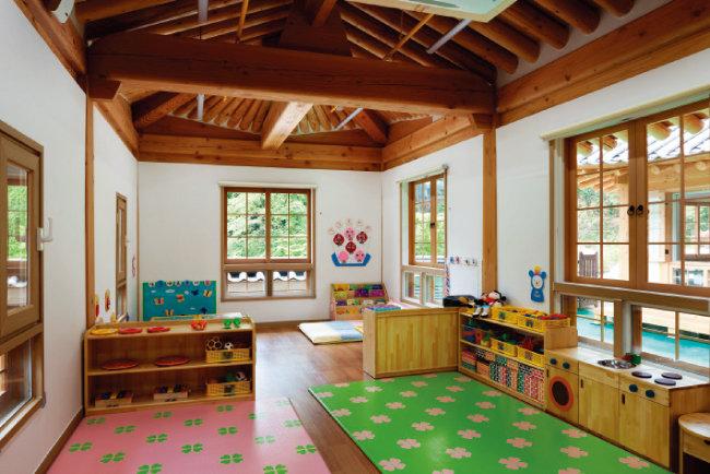 한옥의 낮은 창 아래 덧창을 덧대 햇살과 바깥 풍광을 실내로 더 끌어당겼다.