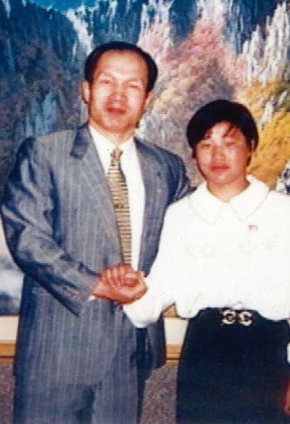 1996년 9월 무렵 '흑금성' 박채서 씨(왼쪽)가 북한을 방문, 애틀랜타올림픽 여자유도 48kg급 금메달리스트인 계순희와 기념촬영을 했다. [사진 제공·KBS]