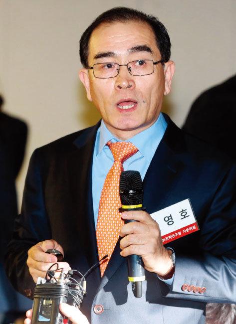 """태영호 전 주영 북한대사관 공사가 5월 14일 국회 강연에 앞서 취재진에게 """"북한은 핵 폐기를 죽었다 깨어나도 못 한다고 본다""""는 의견을 밝히고 있다. [동아DB]"""