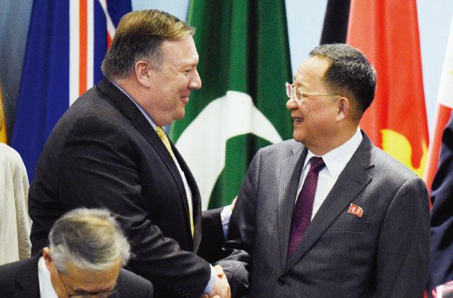 8월 4일 싱가포르에서 개최된 제25차 아세안지역안보포럼(ARF)에서 악수하는 마이크 폼페이오 미국 국무장관(왼쪽)과 리용호 북한 외무상. [AP=뉴시스]