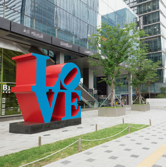 서울 명동 삼일대로에 자리한 'LOVE'. 366×366×183cm, 1966~2016. [지호영 기자]