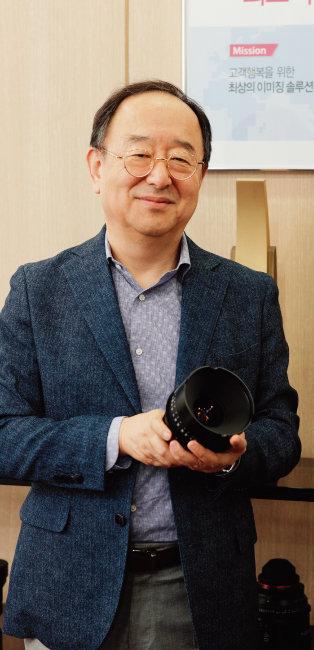 영화 촬영용 시네마 광각렌즈(XEEN)를 들고 있는 황충현 삼양옵틱스 대표. 황 대표는 기자에게 자사 대구경 렌즈를 건네며 찍어보라고 했다. XP85mm F1.2 렌즈로 촬영. [박해윤 기자]